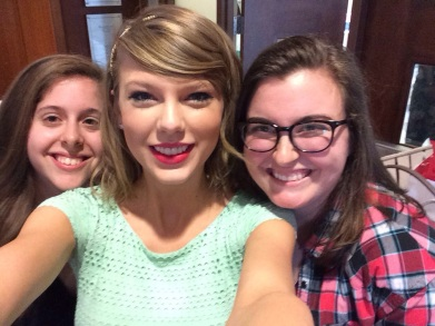 Taylor even takes selfies with fans, SHE'S SO GREAT